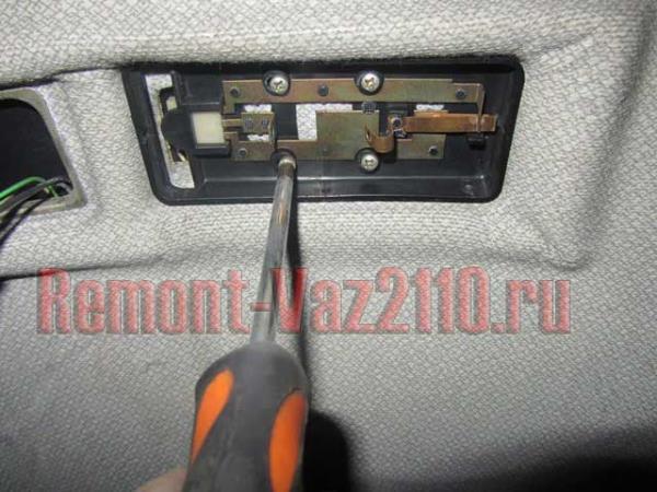 открутить болты крепления плафона освещения салона на ВАЗ 2110-2112