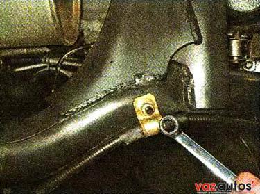 Накидным ключом на 10 мм отворачиваем гайку кронштейна крепления троса к левому рычагу задней подвески