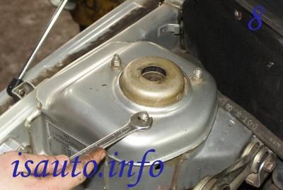 Снимите гайки, крепящие стойку амортизатора и кузовной стакан.