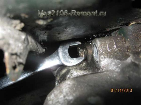 придерживаем гайки рулевой колонки на ВАЗ 2106 с обратной стороны