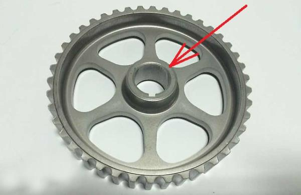 Выступающая часть ступицы шкива распредвала 8-клапанного двигателя Лада Гранта (ВАЗ 2190)
