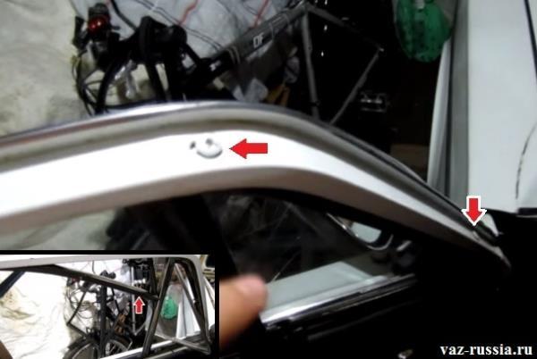 Два винта крепления поворотного стекла, а на маленьком фото показан стрелкой верхний уплотнитель который вам нужно будет поддеть отвёрткой и снять с двери автомобиля