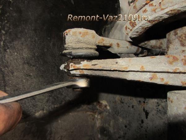 открутить гайку крепления рулевого наконечника на ВАЗ 2109-2108