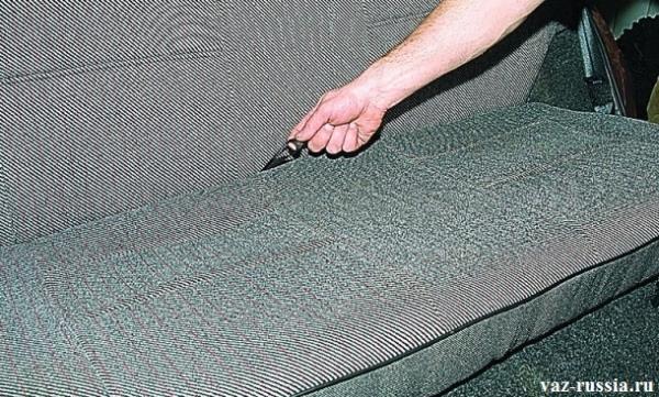 Откидывание нижней подушки заднего сиденья