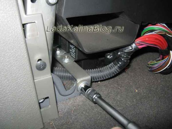 снятие дополнительного блока реле вентилятора Лады Калины