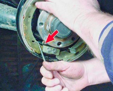 Отсоединяем нижнюю стяжную пружину на ВАЗ 2108, 2109, 21099