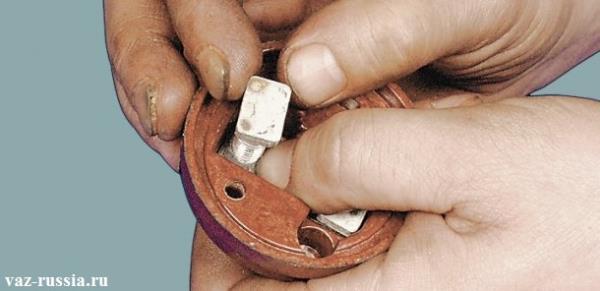Выворачивание контактных болтов и дальнейшие их снятие