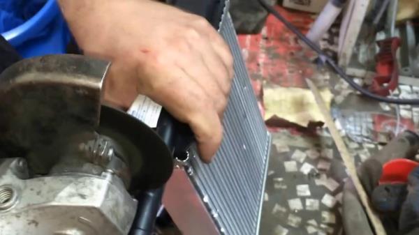 Отпиливаем трубки на нового радиаторе