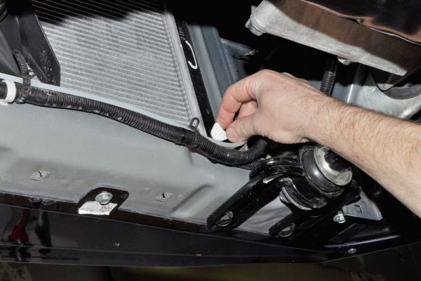 Откручивание пробки сливного отверстия радиатора двигателя ВАЗ-21126 Лада Гранта (ВАЗ 2190)