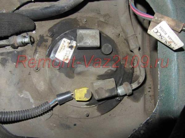 открутить штуцеры бензонасоса на ВАЗ 2109-2108 инжектор