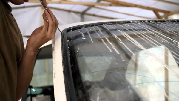 Снимаем лобовое стекло