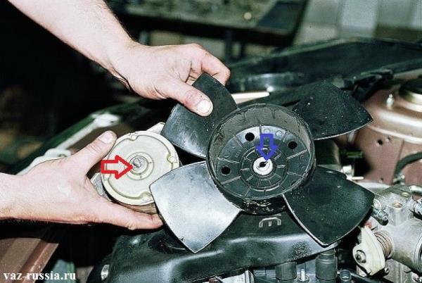 При установки, красной стрелкой указанный штифт, в обязательном порядке должен попасть в продольное отверстие крыльчатки, продольное отверстие указано синей стрелкой