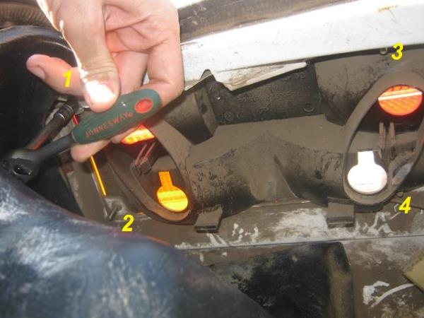 крепление заднего фонаря на ВАЗ 2107