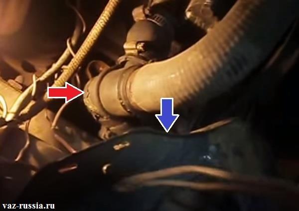 Местонахождение термостата на фотографии можно увидеть