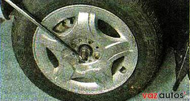 Торцовым ключом на 30 мм с длинным воротком ослабляем затяжку гайки ступицы переднего колеса