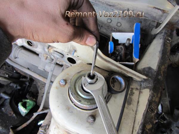 удерживание штока передней стойки от проворачивания на ВАЗ 2109-2108