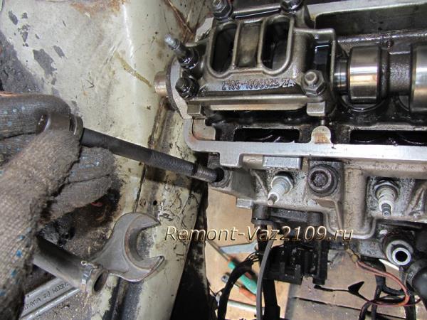 вынимаем болты крепления головки на ВАЗ 2109-2108