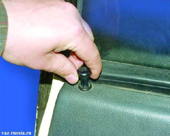 Заворачивание кнопки блокировки двери