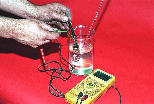 Проверка в остывающей воде исправности датчика температуры охлаждающей жидкости Лада Гранта (ВАЗ 2190)