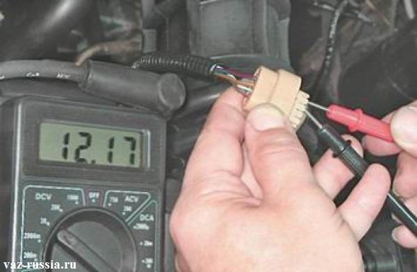 Проверка при помощи мульти-метра напряжение в бортовой сети, посредством подключения выводов прибора к колодке