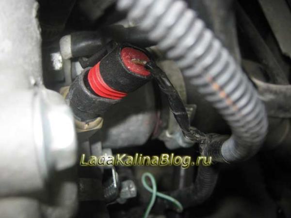 как снять штекер от датчика температуры двигателя на Калине