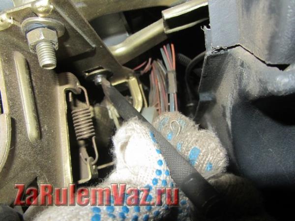 как открутить отрывные шляпки болты крепления рулевой колонки ВАЗ 2114
