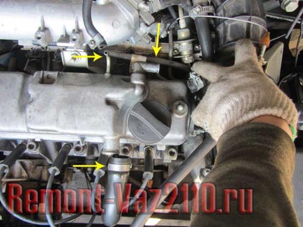 отсоединить все патрубки от клапанной крышки ВАЗ 2110-2112