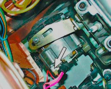 Снимаем колодку с проводами с генератора на ВАЗ 2108, 2109, 21099