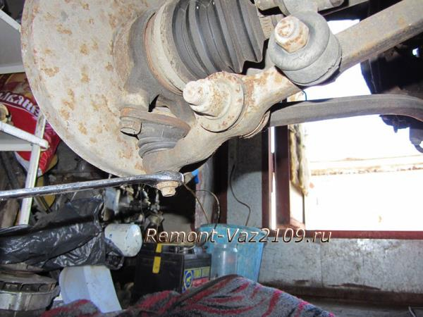 откручиваем нижнюю гайку шаровой опоры на ВАЗ 2109-2108