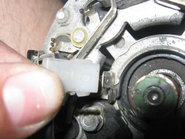 отсоединить провод щеток генератора ВАЗ 2110