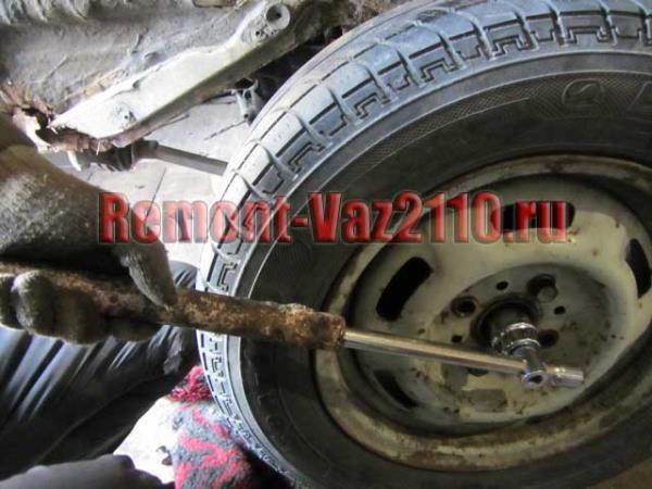открутить гайку ступицы на ВАЗ 2110-2112