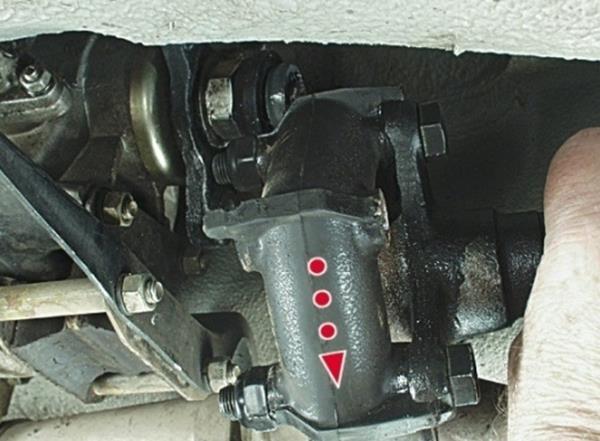 Отсоединение карданного вала от эластичной муфты ВАЗ-2105