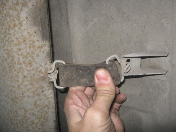 снимаем глушитель с подвесов ВАЗ 2107-2105