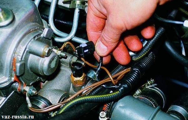 Отсоединение рукой колодки проводов, от датчика