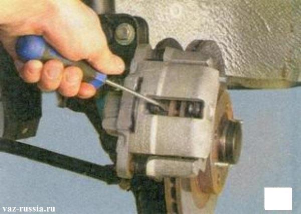 Утапливание при помощи отвёртки тормозной колодки