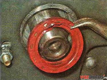 Поддеваем и извлекаем сальник из посадочного отверстия крюком, отверткой или плоскогубцами с загнутыми губками