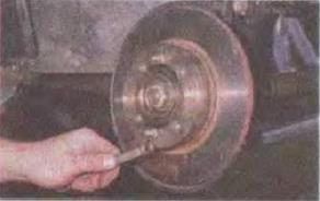 Zamena-tormoznogo-diska-perednego-kolesa 18