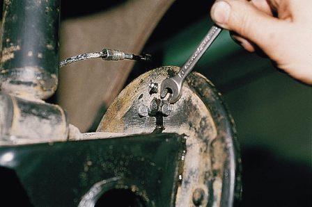 Откручиваем болты крепления тормозного цилиндра на ВАЗ 2110, 2111, 2112