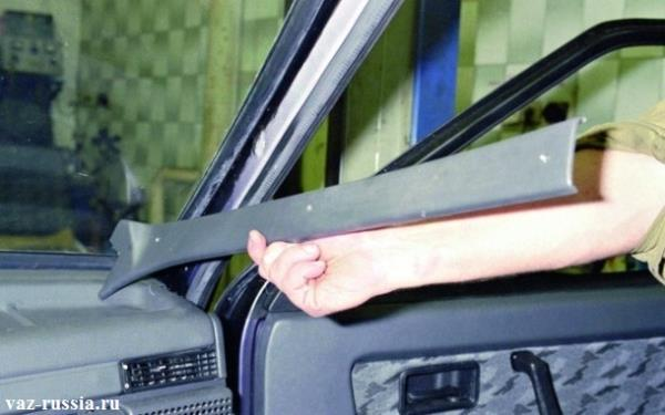 Снятие боковой накладки с передней стойки кузова