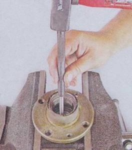 Выпрессовываем кольцо подшипника из ступицы на ВАЗ 2101, 2102, 2103, 2104, 2105, 2106, 2107