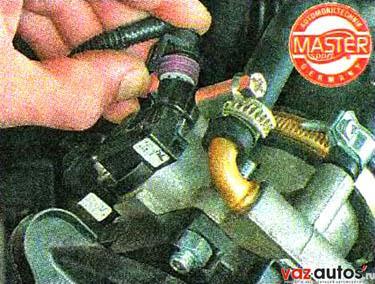 Освобождаем фиксатор колодки жгута проводов и отсоединяем колодку от датчика положения дроссельной заслонки