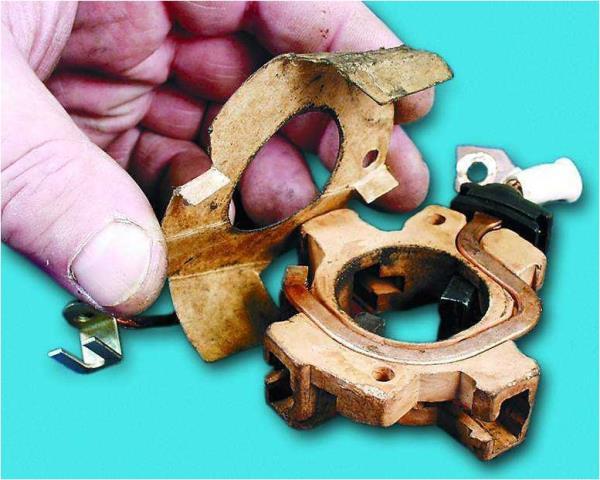 Снятие картонной изоляционной прокладки из корпуса щеточного узла стартера Лада Гранта (ВАЗ 2190)