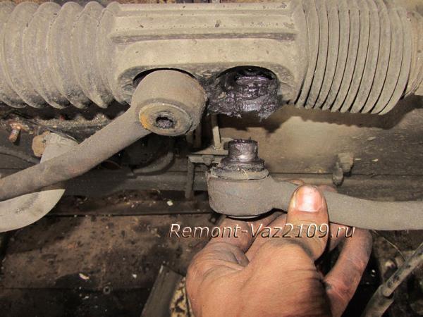 откручиваем рулевые тяги на ВАЗ 2109-2108 и снимаем их