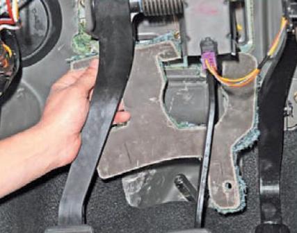 Снятие шумоизоляционной накладки возле педалей Lada Largus