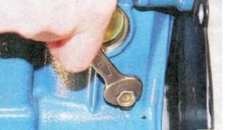 откручиваем пробку сливного отверстия на блоке цилиндров двигателя