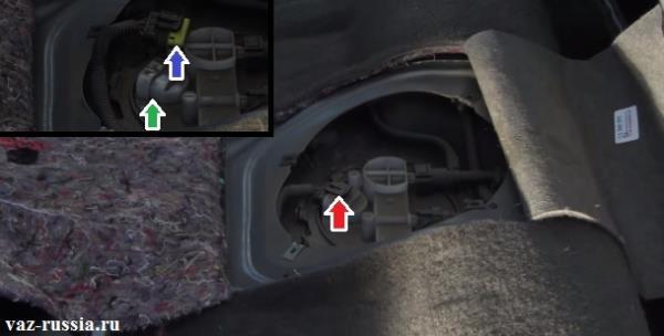 Отсоединение колодки проводов от разъёма топливного насоса
