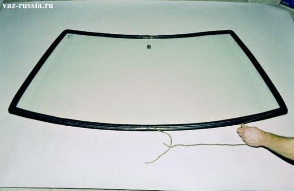 Засовывание подходящей по размеру верёвки в первый паз уплотнителя
