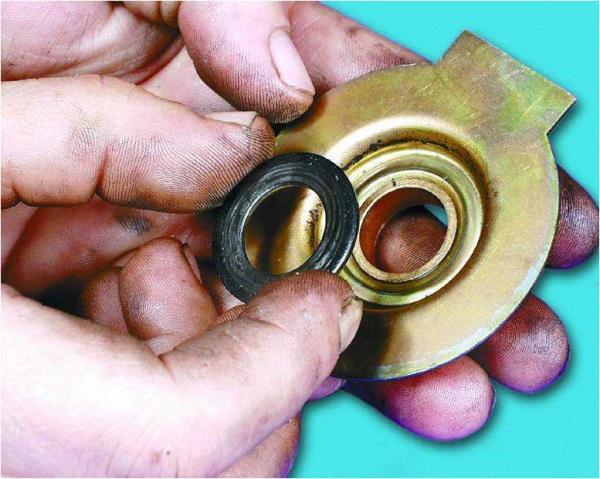 Снятие вкладыша с опоры вала привода стартера Лада Гранта (ВАЗ 2190)