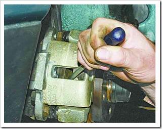 как самому поменять тормозные колодки на передних колесах