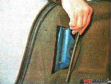 Для замены упора необходимо, поддев шлицевой отверткой, снять ее концы с шаровых пальцев петли крышки